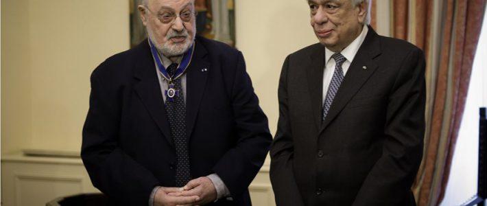 Το παράσημο του Ταξιάρχη του Τάγματος της Τιμής στον Κώστα Γεωργουσόπουλο
